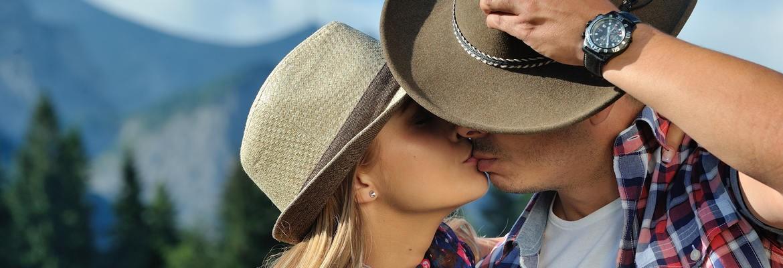 fotograf nunta | doi indragostiti sarutandu-se ca in filmele western la o sedinta foto de cuplu la stana regala