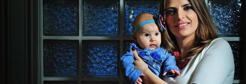 fotograf nunta | o fetita nou nascut si mama ei la o sedinta foto de familie in ploiesti