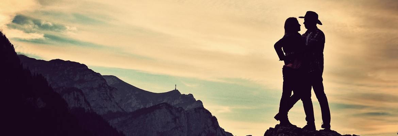 fotograf nunta | un cuplu frumos si haios pe o stanca la o sedinta foto de logodna la munte