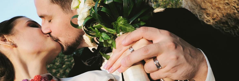 fotograf nunta | fotografie cu doi miri proaspat casatoriti care se saruta in bucuresti