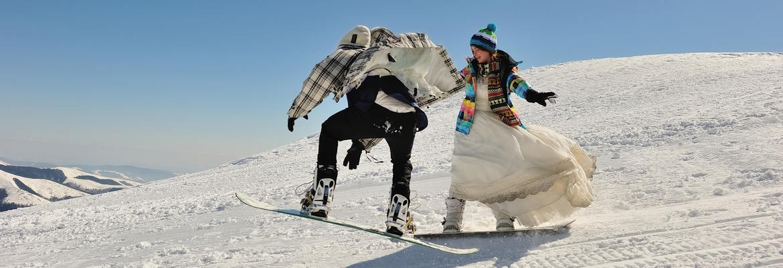 fotograf nunta | trash the dress pe munte la cota 2000 in bucegi | snowboard mire si mireasa