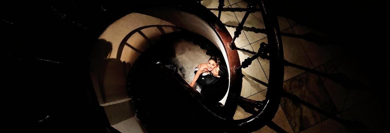 fotograf nunta | sesiune foto dupa nunta in bucuresti pe o scara in spirala