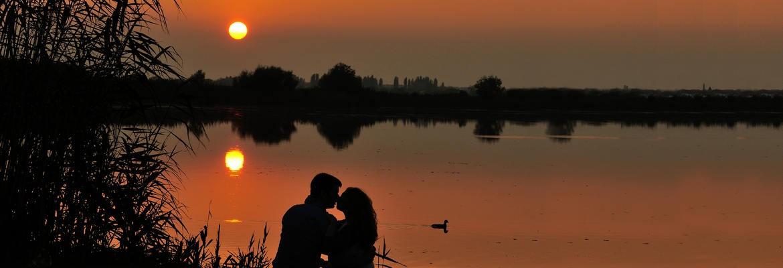 fotograf nunta | fotografie de cuplu la apus pe lacul snagov