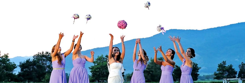 fotograf nunta | sedinta foto in ziua nuntii cu mireasa si domnisoarele de onoare aruncand buchetele de flori
